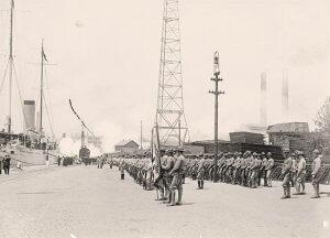 Tropas esperando la llegada del cortejo, frente al acorazado.