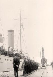 Tropas rindiendo honores en el embarque